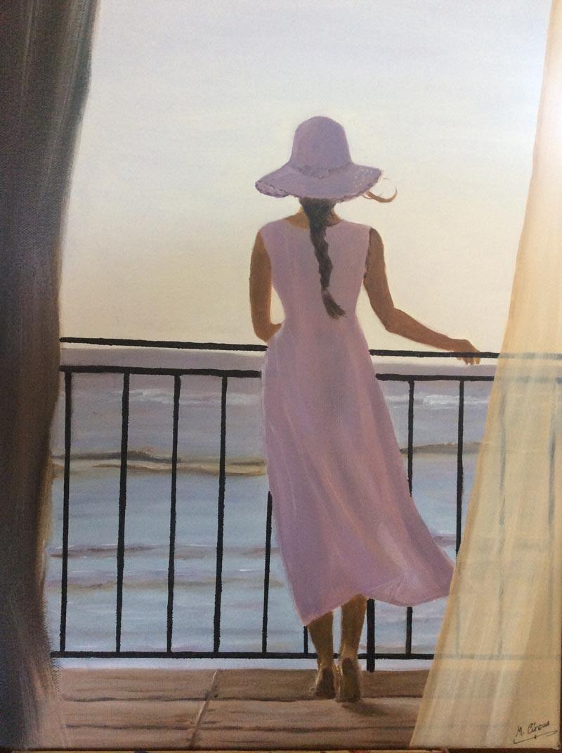 dame robe rose qui regarde la mer